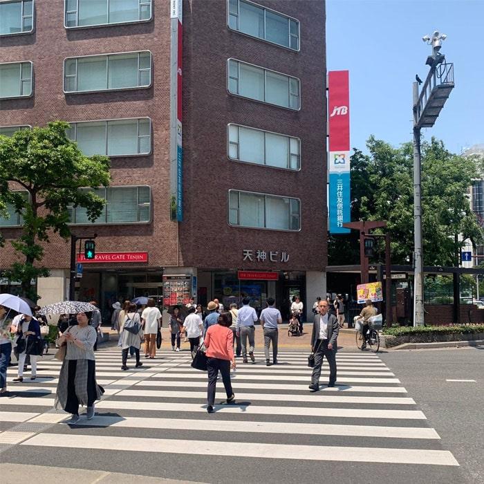 アップルジム福岡天神店までの道のり2・左に100mほど直進していただき、1つ目の横断歩道を渡ります。