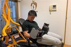 アップルジム東麻布店のジム画像・可変式ダンベルを使ったトレーニング風景