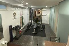アップルジム二子玉川のジム画像・トレーニング機材と更衣室入り口