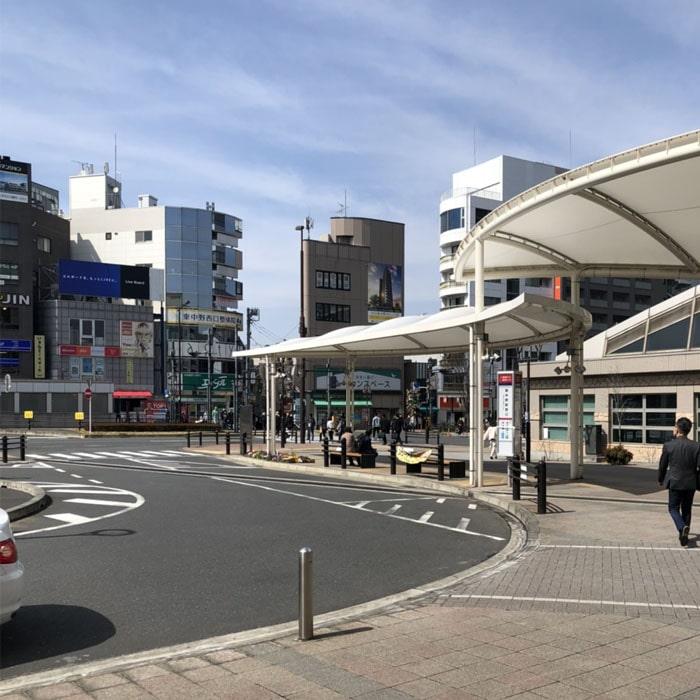 アップルジム東中野店までの道のり2・改札を出たらロータリー沿いに右へ進みます。