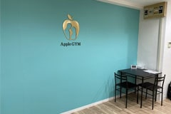 アップルジム板橋店のジム画像・アップルジムのロゴとカウンセリングスペース