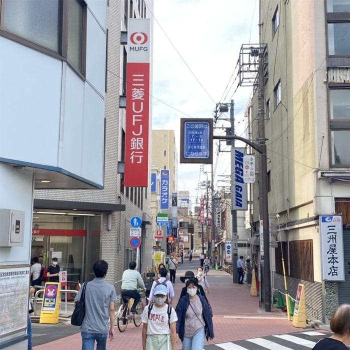 アップルジム蒲田東口店までの道のり1・JR蒲田駅東口から出て左に曲がり、真っ直ぐ進みます。