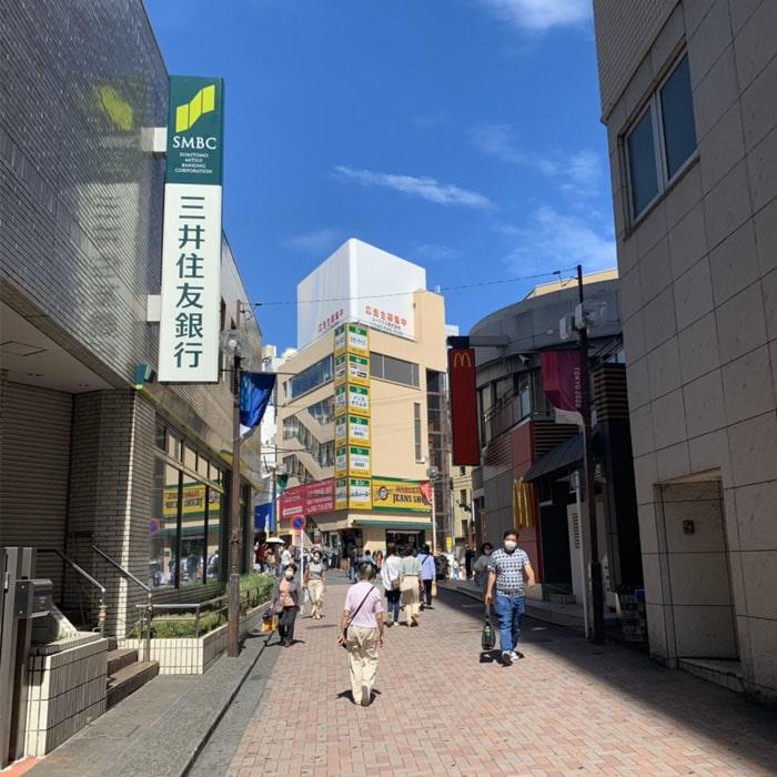 アップルジム町田店までの道のり1・改札を出て西口方面に進み、マクドナルドと三井住友銀行の間の道を直進してください。
