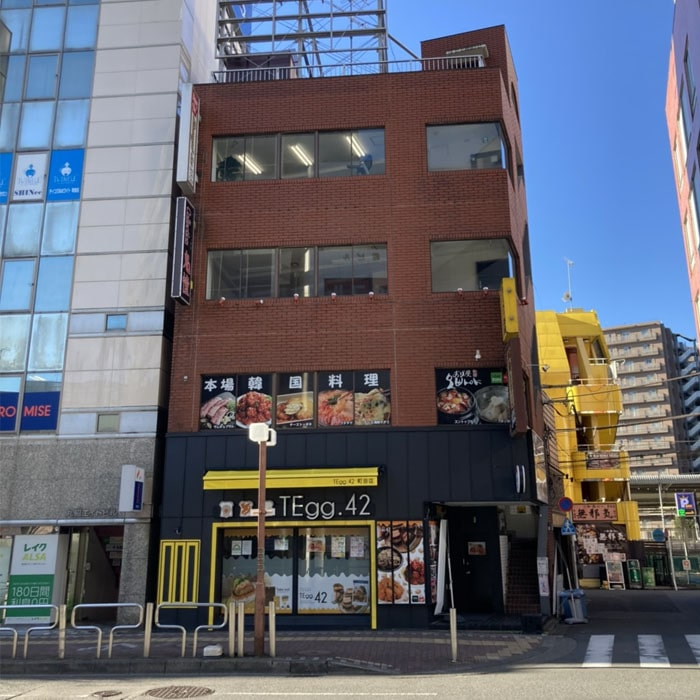 アップルジム町田Annex店までの道のり3・TEgg.42というお店の入っている赤いレンガ調のビルの3階が店舗になります。