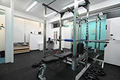 アップルジム中野店のジム画像・トレーニング機材とカウンセリングテーブル