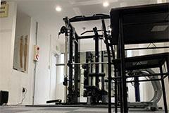 アップルジム新宿店のジム画像・カウンセリングスペースとトレーニング機材
