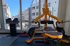 アップルジム立川店のジム画像・トレーニング機材と外の風景