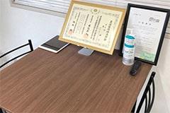 アップジム横浜店のジム画像・カウンセリングテーブルと賞状